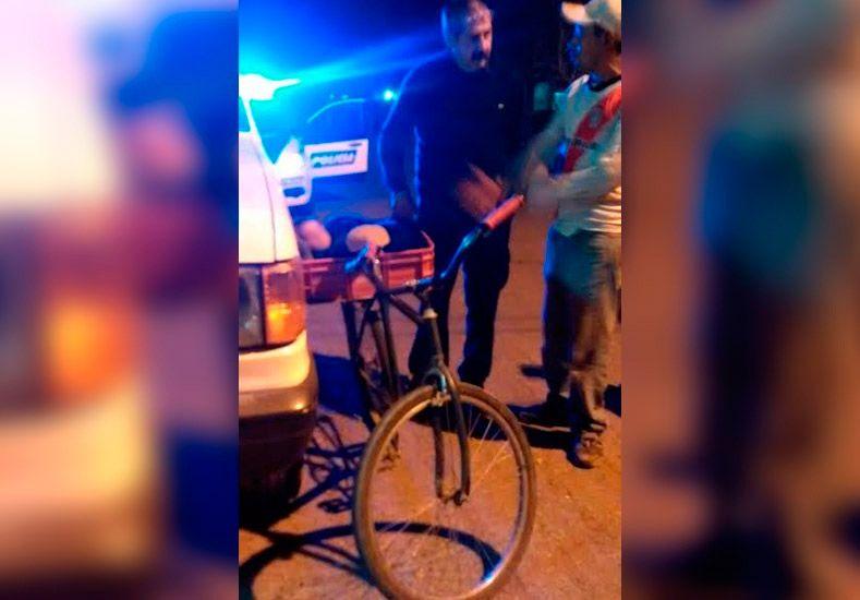¡Increíble! manejaba su bicicleta borracho llevando a su bebé en un canasto de plástico
