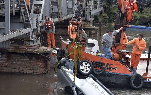 Los buzos y personal de la Prefectura Naval lograron rescatar el vehículo que se había hundido en el Riachuelo.