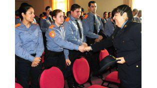 Adriana del Valle Sosa saludando a integrantes de la Policía Comunitaria luego de asumir su cargo.