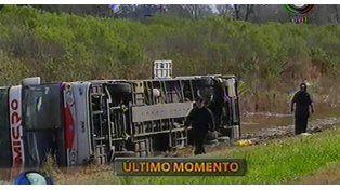 Veinte heridos al volcar un colectivo en una zanja en la autopista Rosario - Santa Fe