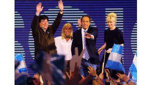 Alegría. Scioli y Zanini (con los brazos en alto) celebraron ser los más votados