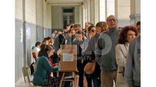 Colmadas. Así estaban las escuelas al mediodía. Las demoras eran por el sistema de boleta sábana. Foto: Mauricio Centurión / Diario UNO Santa Fe