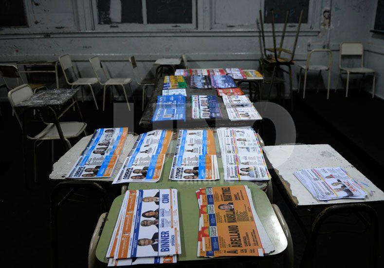 Dudas. La gran cantidad de boletas desorientó a más de uno que no supo qué elegir o demoró en encontrar a su candidato. Foto: José Busiemi / Diario UNO Santa Fe