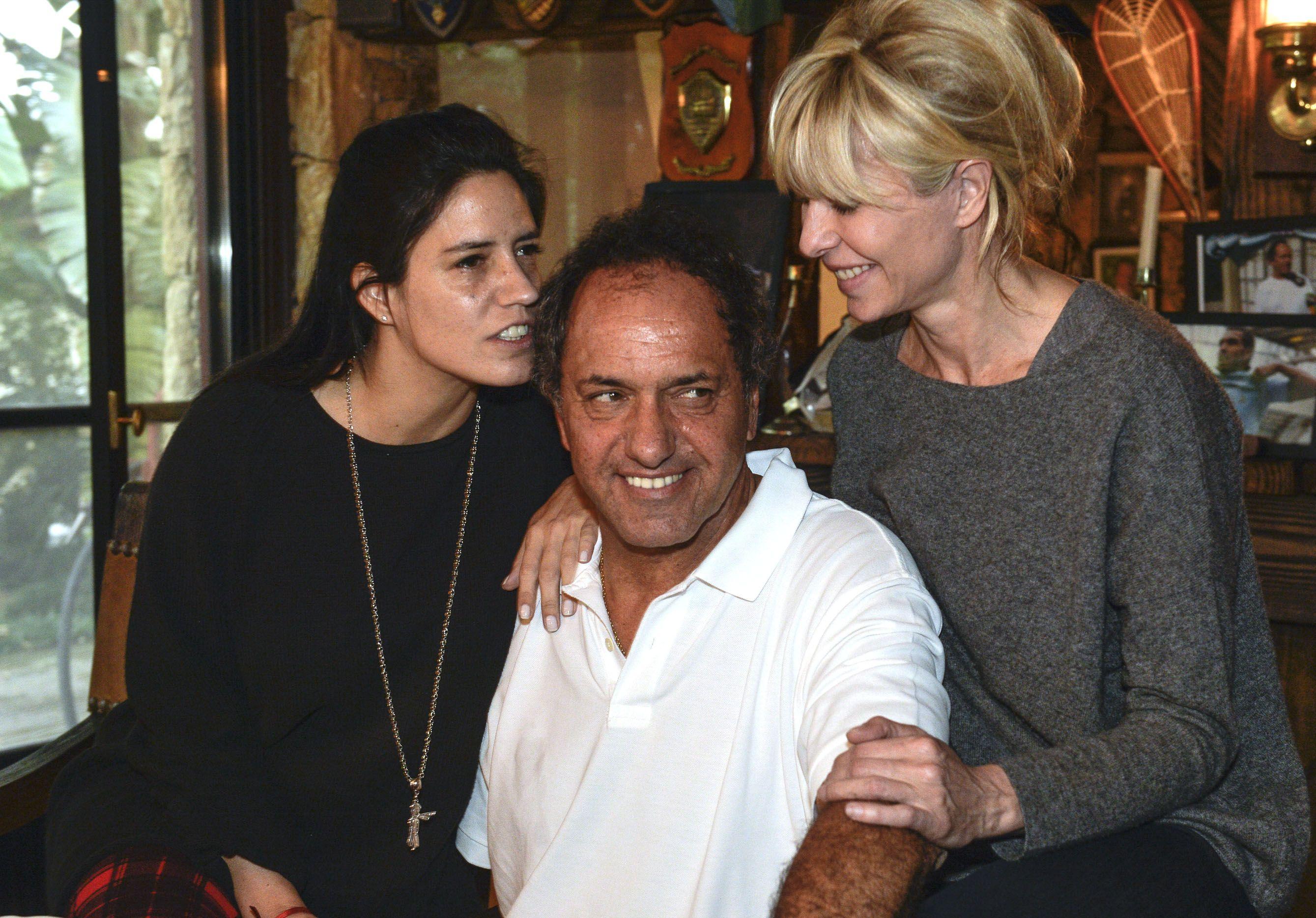 Scioli, junto a su familia, esperó en Tigre el cierre de los comicios