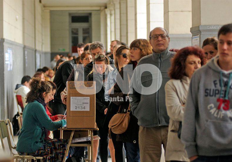 Santa Fe. Hubo largas colas en los establecimientos educativos donde hoy se vota.