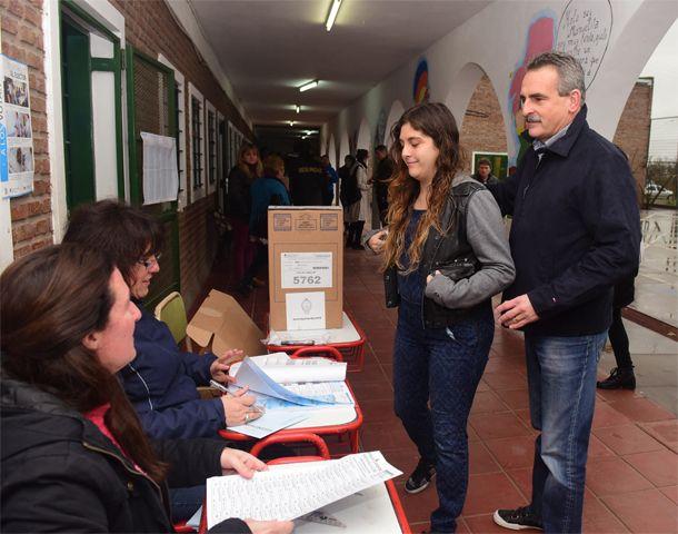 Rossi emitió su voto junto a su hija