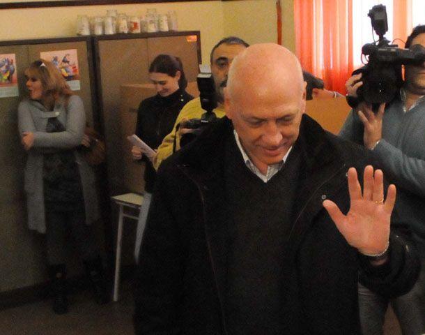 Bonfatti emitió temprano su voto en la escuela San Francisco de Asís.