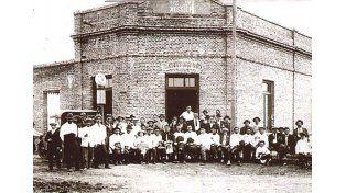 Calles de tierra. Esquina de 7 de Marzo y Mariano Candioti. Almacén de Domingo Nessier (1926).