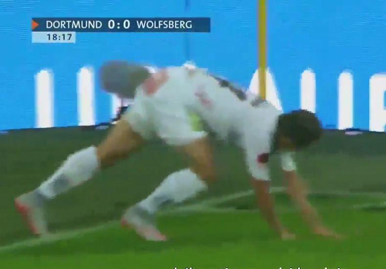 Blooper: fue a patear, se cayó sólo y...