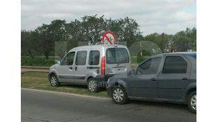 La camioneta Kangoo donde se trasladaba el delincuente.