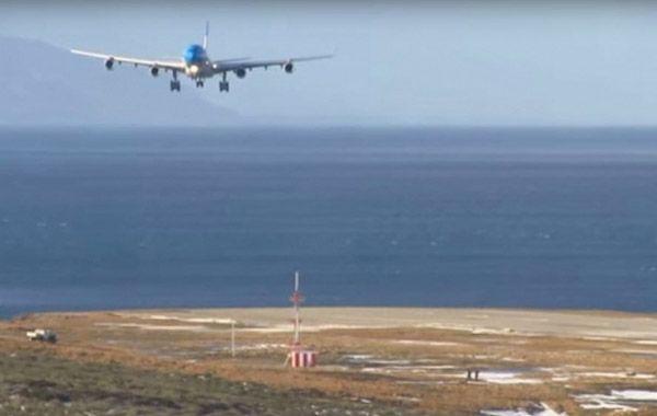 El avión de Aerolíneas llegó inclinado producto del viento y el piloto lo enderecó una vez que tocó pista.