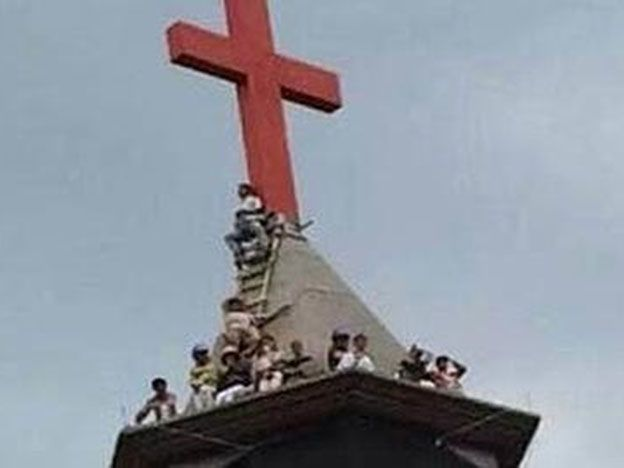 Un grupo de cristianos lleva un mes en el techo de una iglesia en China para defender su cruz