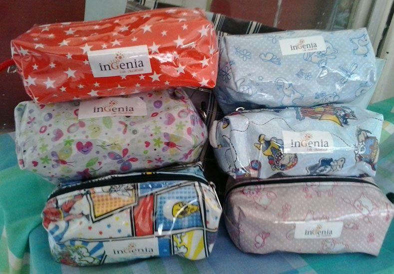 Fabricación. Las cartucheras que entregarán hoy son de tela con nailon cristal. Ahora hacen ropa y elementos para recién nacidos.