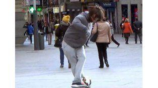 Cristiano Ronaldo caracterizado como vagabundo y jugando al fútbol