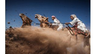 Una carrera de camellos en Omán se llevó la tercera colocación. (Ahmed Al Toqi / National Geographic Traveler Photo Contest)