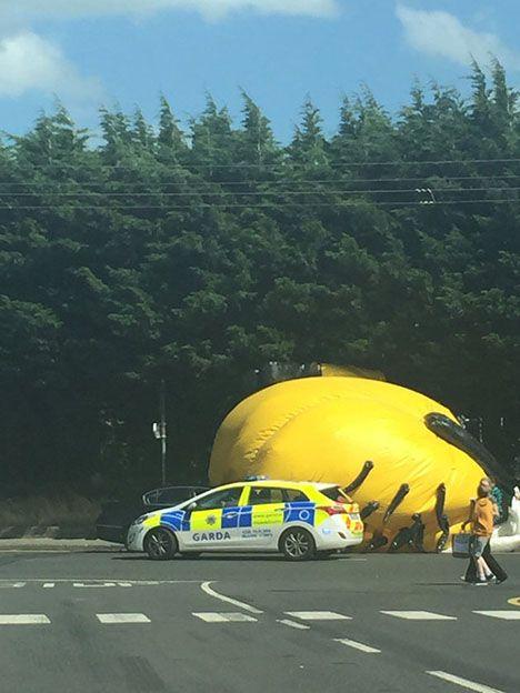 Un minion gigante causó estragos en rutas de Irlanda