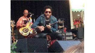 A Lenny Kravitz se le escapó el pene durante un recital ¡Y hay foto!
