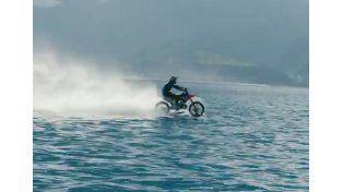 Impresionante: hace surf arriba de una moto