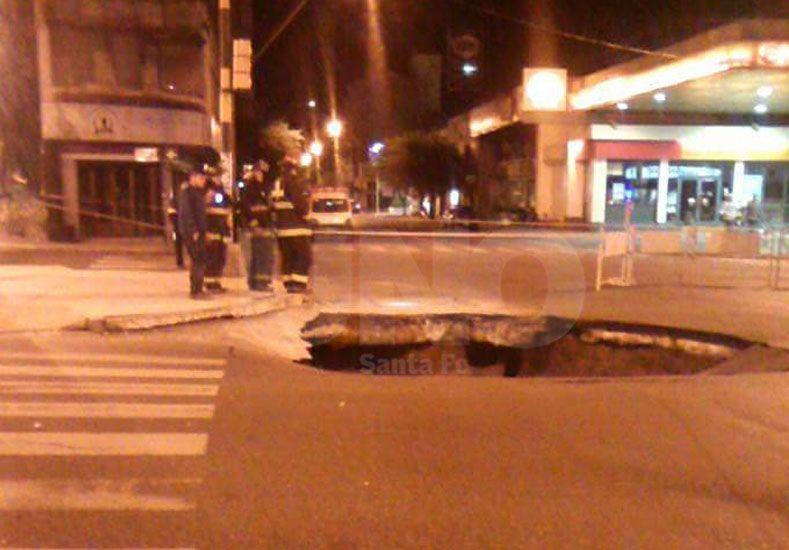 Así está el socavón de Rivadavia y Bulevar