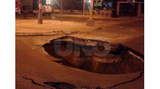 Así comenzó la rotura y hundimiento del pavimento en la zona./ gentileza lectores del UNO.