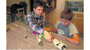 Un jóven inventor argentino realiza prótesis y busca regalarlas a quienes más las necesiten