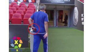 Mourinho no se bancó salir segundo y revoleó su medalla a la tribuna
