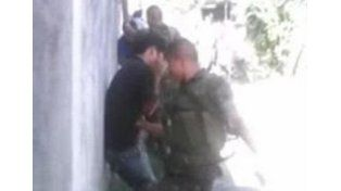 Escándalo por Militares pegándoles a nenes