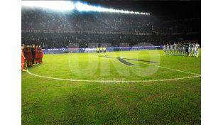 Antes del partido hubo un minuto de silencio que fue respetado por todo el público sabalero.