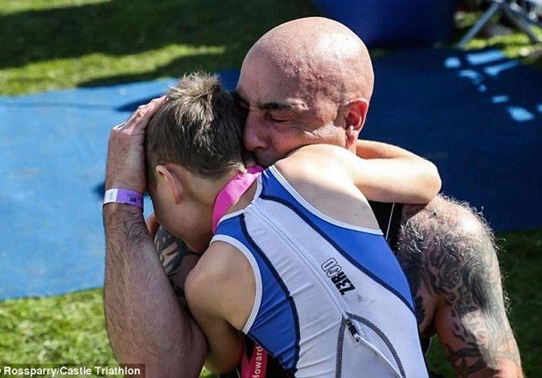 Te vas a emocionar: el momento en que un nene con parálisis cerebral termina un triatlón
