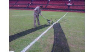 Los empleados del Club Atlético Colón presentaron sus respetos a la familia de Barisone con un sentido homenaje en la cancha.