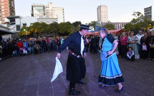 Baile. Grupos folclóricos y chamameceros danzaron en la plaza Montenegro.