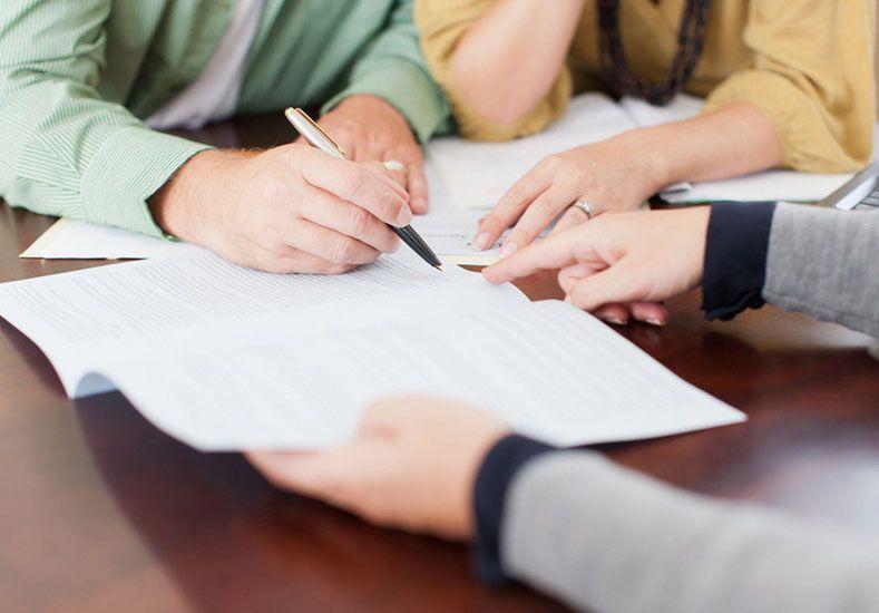 Por escrito. Las declaraciones de autoprotección deberá efectuarse ante escribano público.