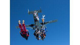 Récord de formación en caída libre: 164 paracaidistas
