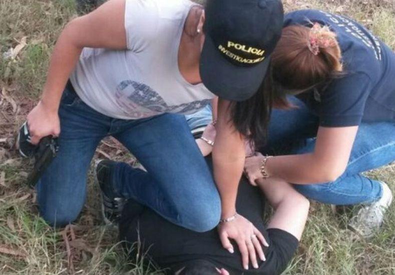 Mujeres policías seducen a ladrón para detenerlo