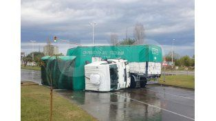 Volcó un camión con acoplado en la avenida Alem y tuvieron que desviar el tránsito en la zona