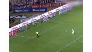 Quiso picar el penal, pero el arquerito de San Lorenzo se lo atajó con el...