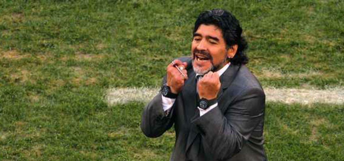En medio de rumores de separación, Maradona viajó a Dubai solo