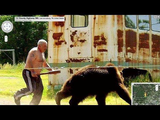 Un hombre persiguiendo a un oso.