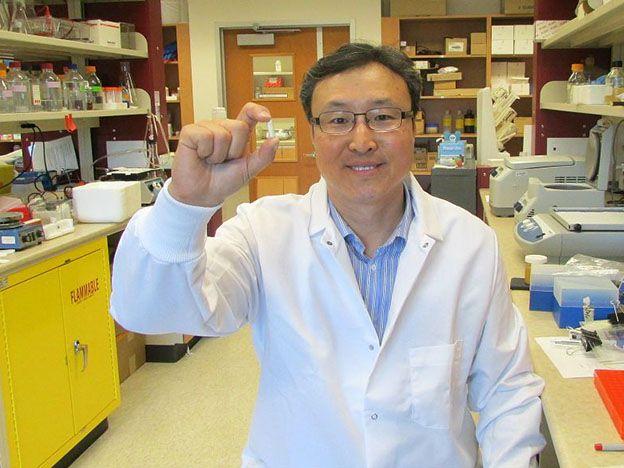 Hoon Sunwoo sostiene una muestra del suplemento de anticuerpos que desarrolló con su colega Jeong Sim