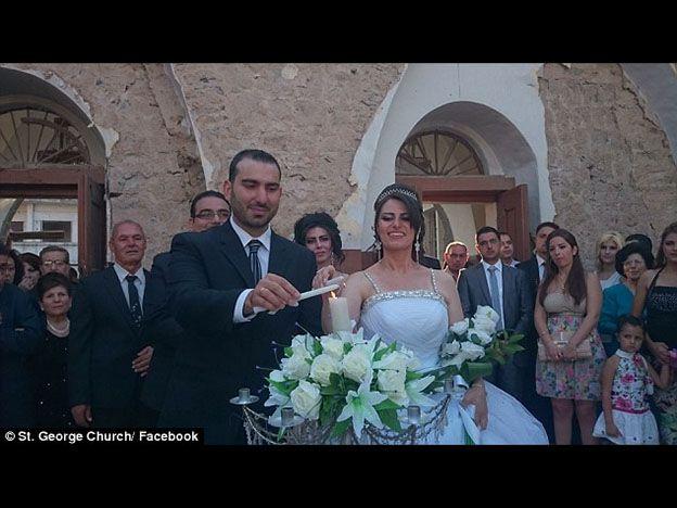 Una pareja siria se casó en una iglesia bombardeada como signo de esperanza para su país