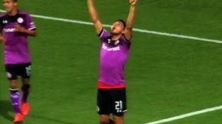 Triverio levanta los brazos al cielo para dedicarle el gol al Bari.