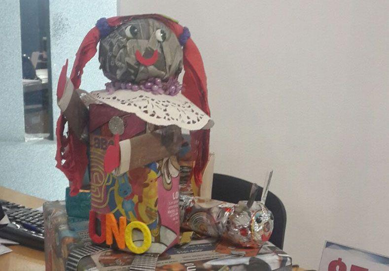 Una colorida niña sentada es otra de las grandes creaciones de este concurso.
