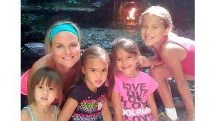 Adoptó a las cuatro hijas de su amiga que murió de cáncer