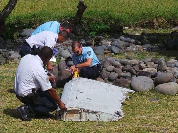 Peritos franceses ya analizan los restos que podrían ser del avión de Malaysia Airlines