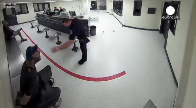 Un policía le tiró maní a un indigente que estaba esposado en una comisaría