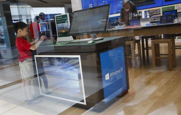 Un chico se detiene frente a una computadora en la que se aplica el sistema operativo Windows 10 en New York. (Foto: Reuters)