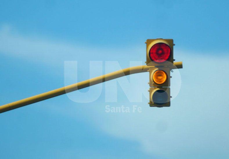 Piden cambiar el semáforo de Domingo Silva y Francia
