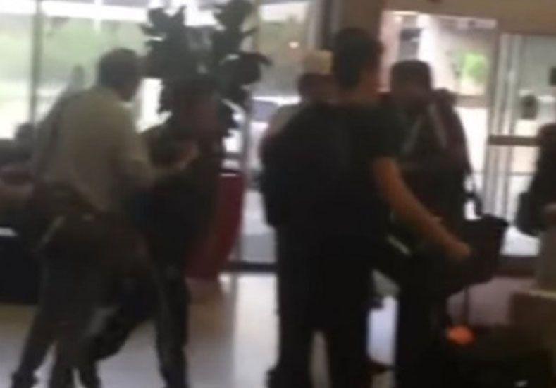 Escándalo: echaron al DT de México porque agredió a un periodista