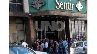 El plantel y los dirigentes de Lanús llegaron a Santa Fe para despedir a Diego Barisone