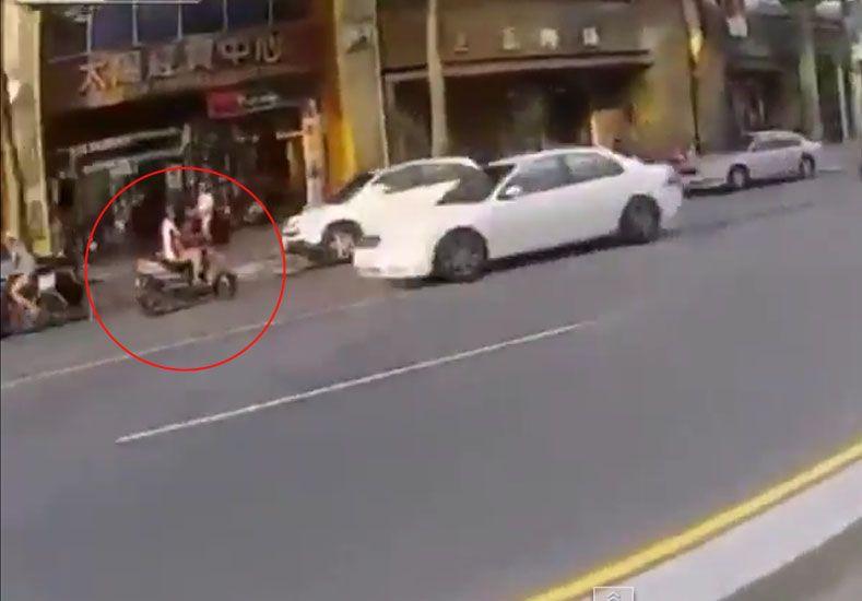Policía motorizado persigue a un hombre en moto que de tan audaz, no terminó nada bien.
